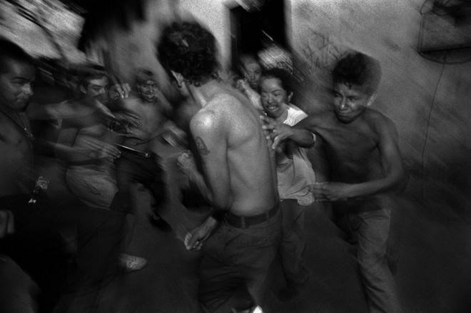 En su proyecto Unsettled, De Cesare examina la historia de la represión, la violencia y los traumatismos. Esta imagen muestra a jóvenes de 15 años en su iniciación como miembros de la banda Mara Salvatrucha en San Salvador, El Salvador. DONNA DE CESARE