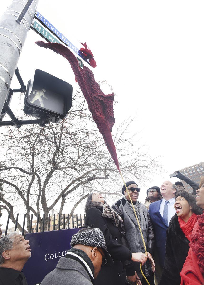 Ante una multitud, se realizó la ceremonia de inauguración de la calle que ahora lleva el nombre del también productor. (Foto Prensa Libre: AP)