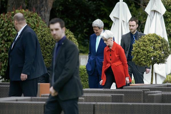 El secretario de Estado de EE. UU., John Kerry, (centro) y la secretaria de Políticas externas Wendy Sherman (segunda de la derecha) caminan en un área del hotel donde se desarrollaron las conversaciones. (Foto Prensa Libre: AFP).