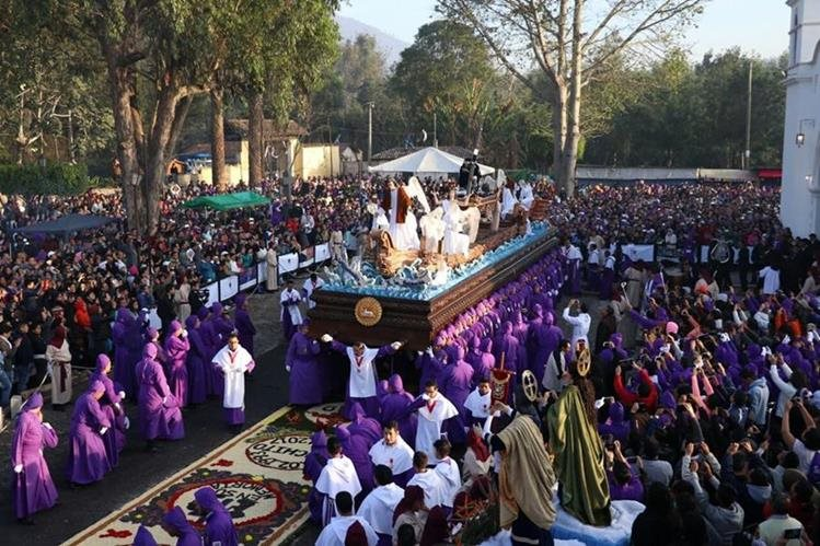Fieles llevan en hombros el anda procesional de Jesús de la Caída, en la aldea San Bartolomé Becerra, Antigua Guatemala, Sacatepéquez. (Foto Prensa Libre: Renato Melgar)