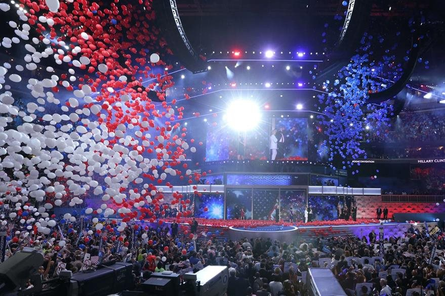 Miles de globos son arrojados al escenario al finalizar el discurso de HIllary Clinton. (Foto Prensa Libre: AFP).