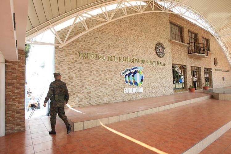 "Solo 11 meses duró el nombre de ""General Otto Fernando Pérez Molina"", en la tribuna de la Brigada Militar Mariscal Zavala. (Foto Prensa Libre: Esbin García)"