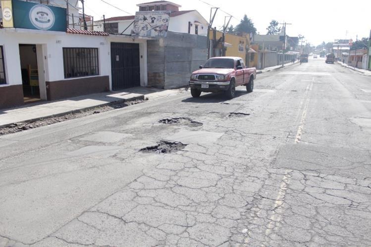 La 7a. calle, entre la 14 y 13 avenidas de la zona 3 de Xela, es poco transitable debido a la cantidad de agujeros. (Foto Prensa Libre: María José Longo)