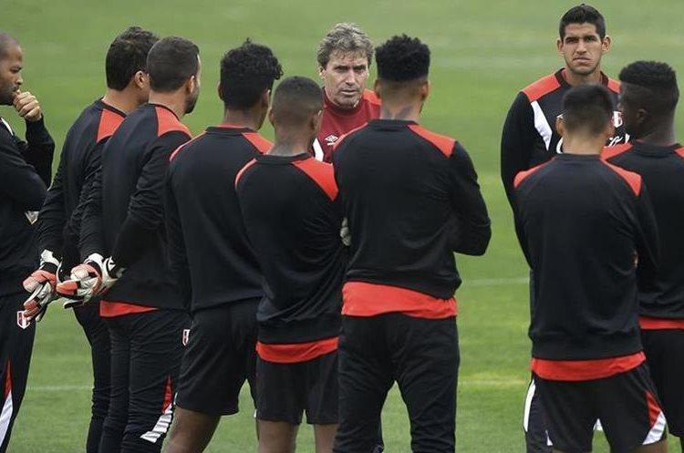 Los peruanos conversan durante el entrenamiento previo al duelo frente a Argentina. (Foto Prensa Libre: AP)