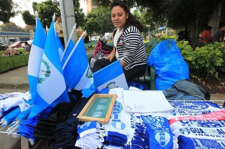 Varias ventas de banderas se encuentran en el lugar.