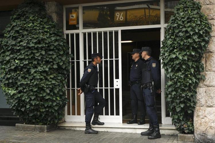 Agentes de la Policía Nacional resguardan el domicilio del expresidente de catalán Jordi Pujol, dentro de la operación efectuada este martes. (Foto Prensa Libre: EFE).