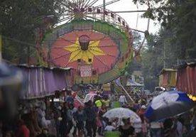 Miles de personas visitan la feria en honor a la Virgen de la Asunción.