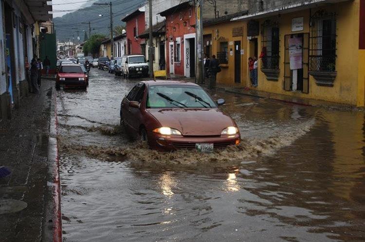 En invierno, algunas calles de Antigua Guatemala, Sacatepéquez quedan intransitables por la acumulación de agua. (Foto Prensa Libre: Renato Melgar)