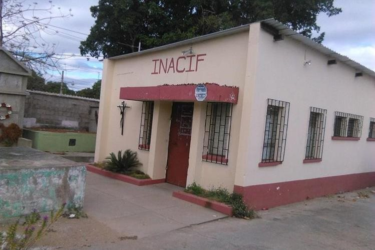 Fachada de la morgue de Chiquimula a donde fueron trasladaron los dos cadáveres. (Foto Prensa Libre: Edwin Paxtor)