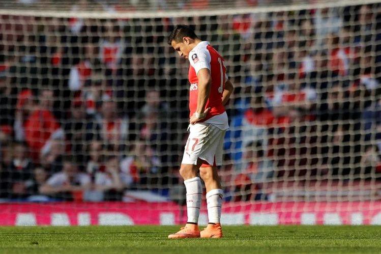 Alexis Sánchez se lamenta luego del fiasco del Arsenal en la FA Cup. (Foto Prensa Libre: AP)