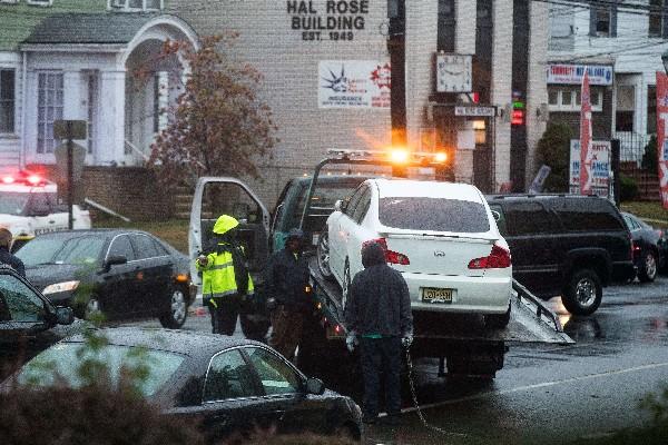 La Policía remolca un automóvil cerca del sitio de una investigación en Manhattan.(AFP).
