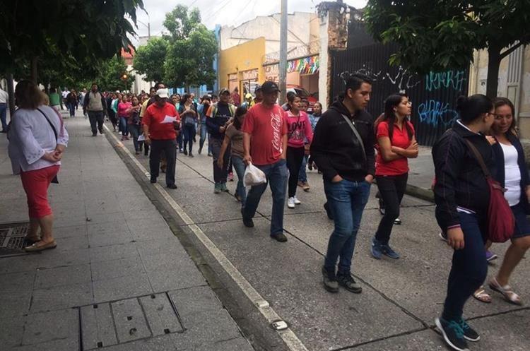 Maestros caminaron de la Sexta Avenida hacia zona 2. (Foto: La Red)