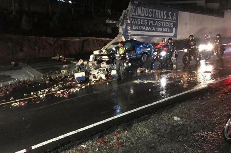 Una pared cayó sobre un vehículo en el km 12 ruta a Boca del Monte. (Foto Prensa Libre: Fernando Ola).
