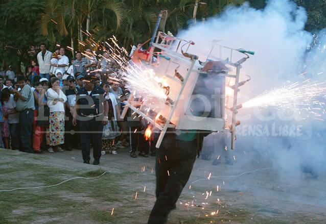 Los toritos son quemados principalmente en las fiestas patronales. (Foto: Hemeroteca PL)