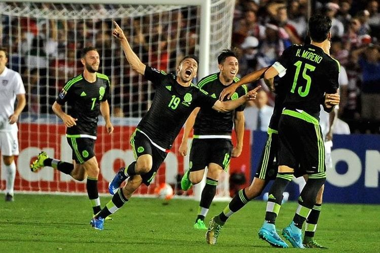 Oribe Peralta celebra el segundo gol de la Selección de México (Foto Prensa Libre: AFP)