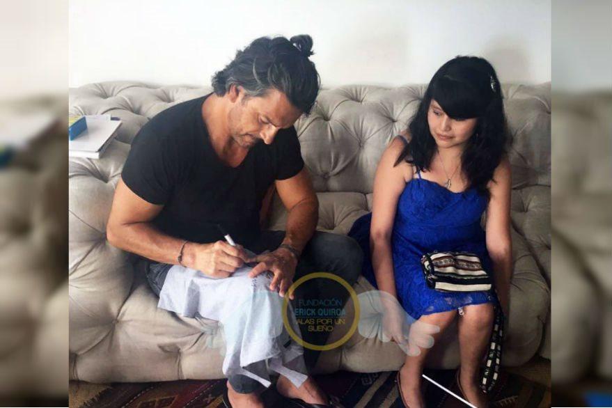 Ileana Juárez obtuvo autógrafos del cantautor guatemalteco Ricardo Arjona (Foto Prensa Libre: Fundación Erick Quiroa, Alas por un sueño)