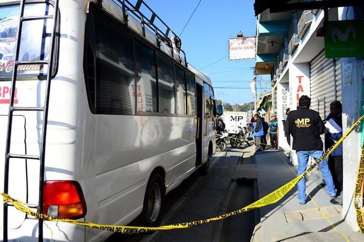 El ataque armado fue en contra del piloto y ayudante del bus de los Transportes Flor de María en Chiantla, Huehuetenango. (Foto Prensa Libre: Mike Castillo)