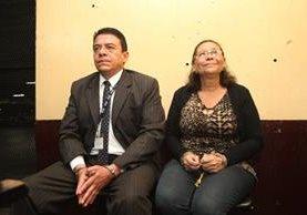 Harold Flores y Gloria Castro, son llevados a la Torre de Tribunales donde se les hará saber los motivos de su detención. (Foto Prensa Libre: Erick Ávila)