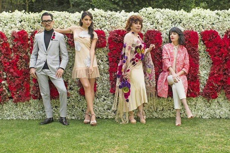 Verónica Castro —segunda de Der. a Izq.— protagoniza comedia romántica, aún sin nombre, producida por la plataforma Netflix. (Foto Prensa Libre: EFE).