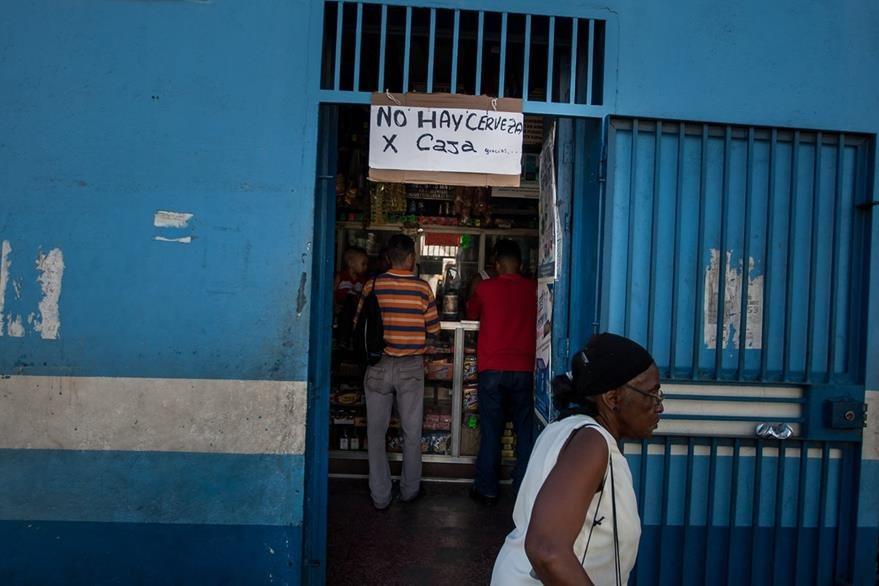 La falta de materias primas ha ocasionado la escasez, incluso, de las cervezas. (Foto Prensa Libre: EFE).