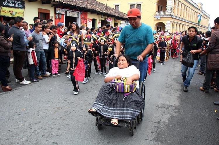 Olga Margarita Peralta, de 8 años, es apoyada por si padre, en Cobán, Alta Verapaz, durante actividades cívicas. (Foto Prensa Libre: Eduardo Sam Chun)