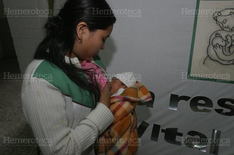 03/08/2009. Sandra Vásquez amamanta a su pequeña bebe en el marco de la semana de la lactancia materna del IGSS. (Foto: Hemeroteca PL)