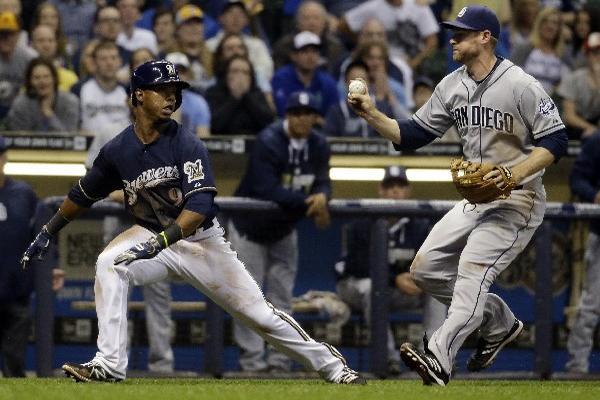 <p>Jean Segura recibe el out del tercera base de los Padres de San Diego Chase Headley. (Foto Prensa Libre: AP)<br></p>
