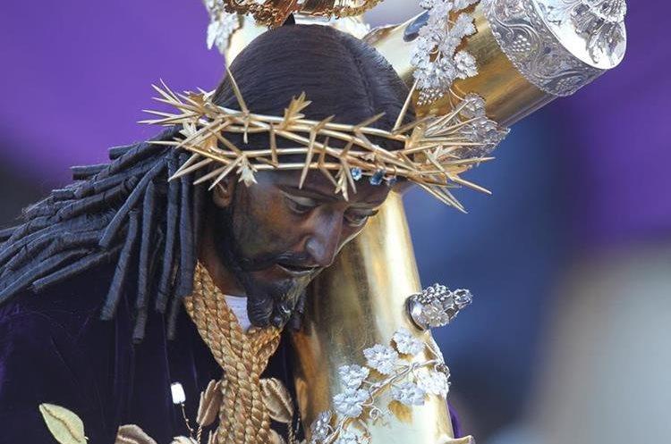 El nazareno tiene la vista hacia abajo y sus ojos son verdes.