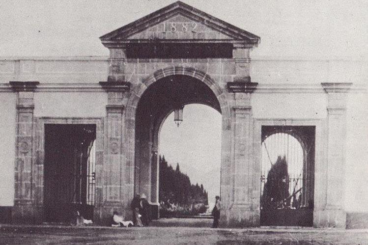 Fachada del Cementerio General de la capital de Guatemala, poco tiempo después de su apertura, en 1882. (Foto Prensa Libre: Cortesía Museo Nacional de Historia de Guatemala).