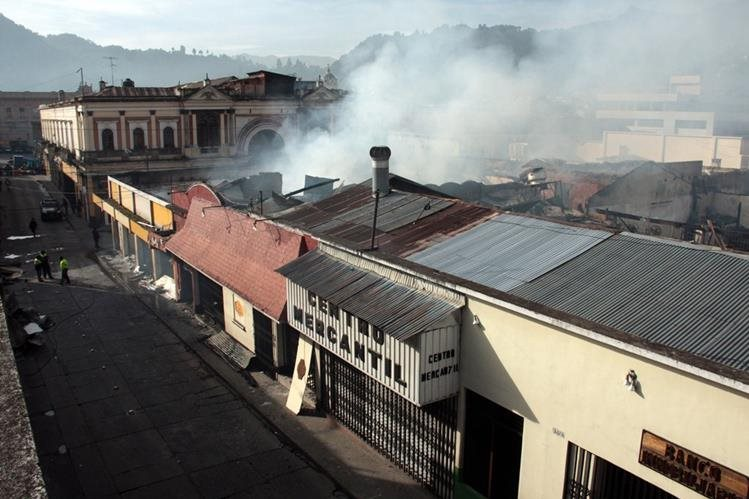 Varios comercios del Centro Histórico de Xela resultaron severamente dañados por el incendio. (Foto Prensa Libre: Carlos Ventura)