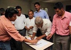 Alcaldes indígenas xincas firman acta que enviarán al presidente Otto Pérez.