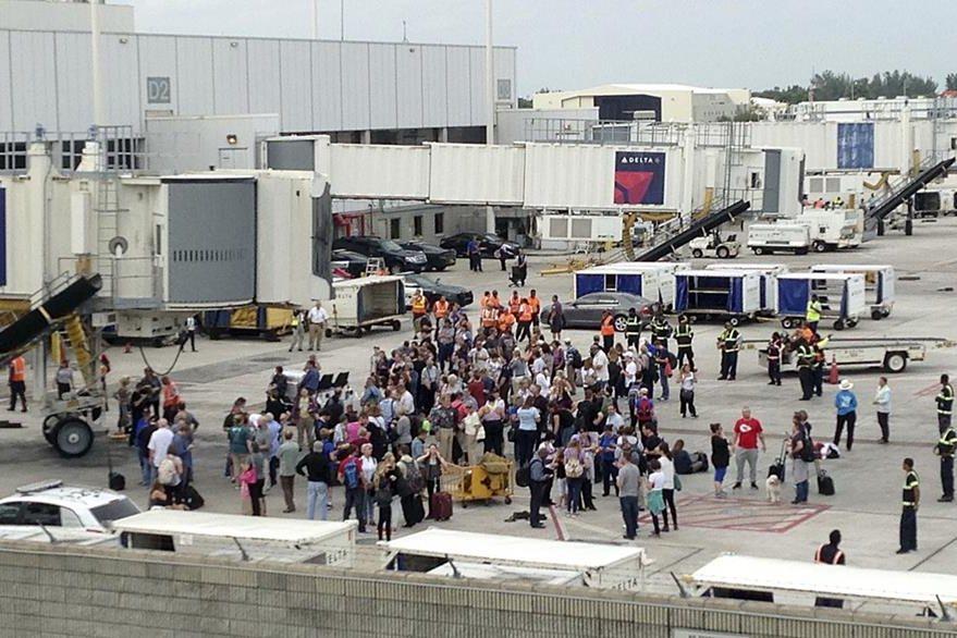 Miles de personas son evacuadas luego del incidente. (Foto Prensa Libre: AP).