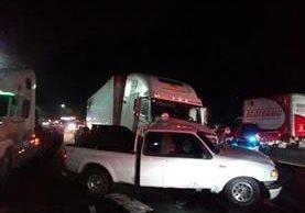 Accidente provoca embotellamiento en ambos sentidos. (Foto Prensa Libre: PMT de Villa Nueva)