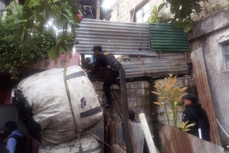 Agentes de la PNC allanan viviendas en Cuilapa, Santa Rosa, por un caso de explotación sexual contra menores. (Foto Prensa Libre: PNC)