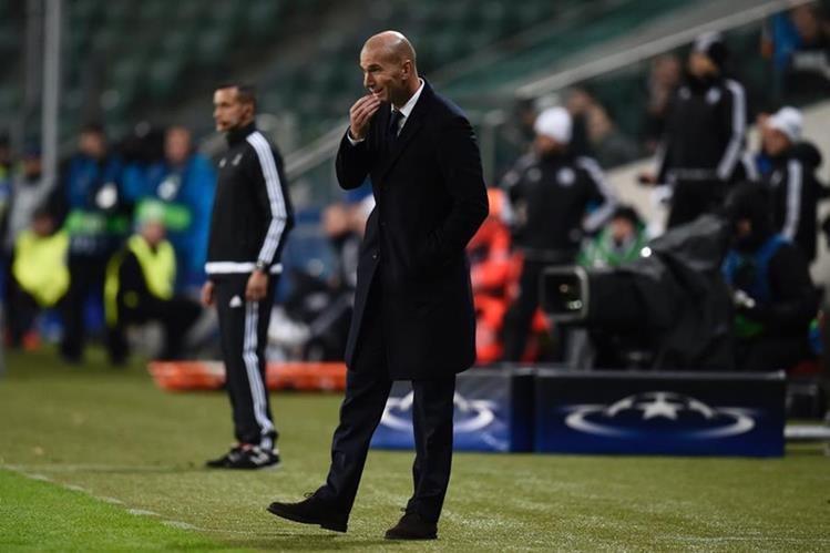 Zinedine Zidane mostró su preocupación durante el juego. (Foto Prensa Libre: AFP)