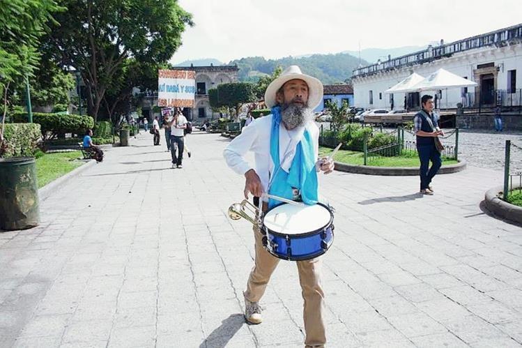Oswaldo Ochoa a su paso por el parque central de Antigua Guatemala, Sacatepéquez. (Foto Prensa Libre: Renato Melgar)