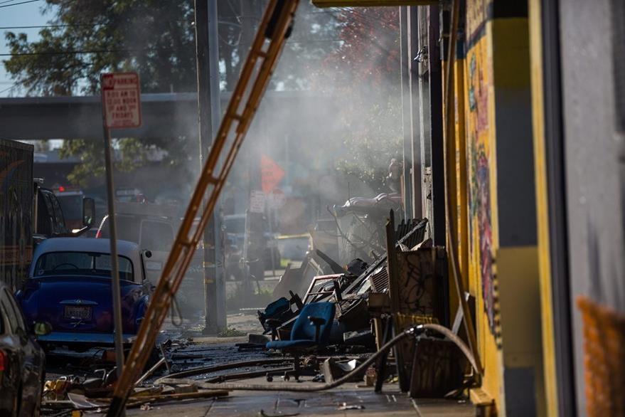 Decenas habrían muerto en el incendio en el club artístico de Oakland. (AFP).