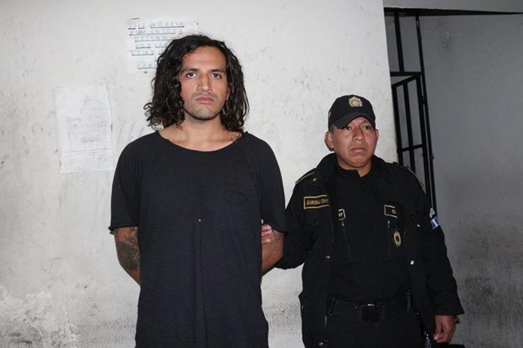 Axel Ernesto Torres Escobar, de 24 años, fue capturado en Antigua Guatemala, Sacatepéquez, sindicado de haber robado una pintura religiosa. (Foto Prensa Libre: PNC)