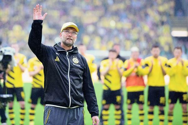 Jürgen Klopp se despide de la afición del Borussia Dortmundo. (Foto Prensa Libre: EFE)
