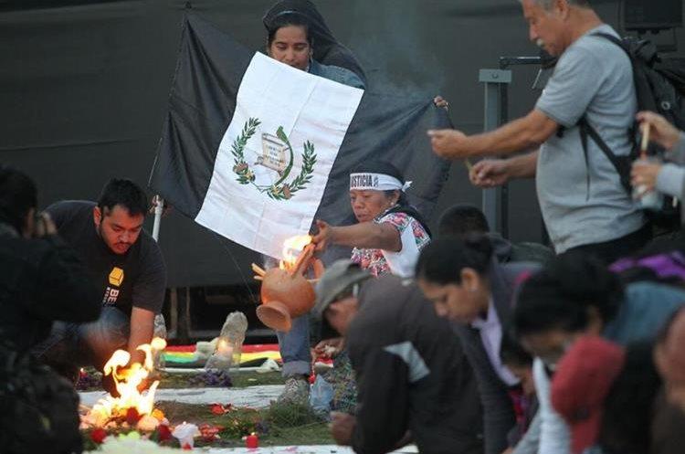 Pequeña ceremonia maya en la Plaza de la Constitución también clama justicia y bien para el país.