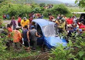El vehículo chocó contra un paredón en el km 88, ruta de Sansare a Jalapa. (Foto Prensa Libre: Hugo Oliva)