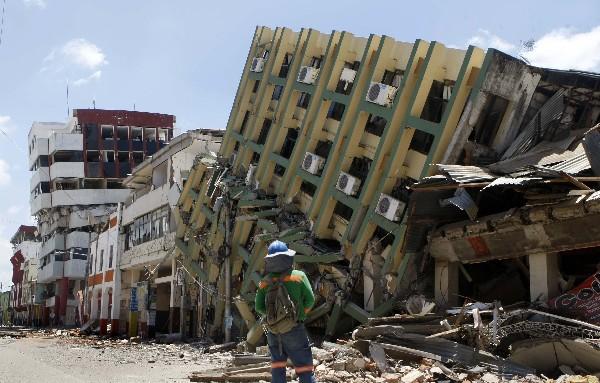 Varios edificios resultaron destruidos en Ecuador. (EFE)