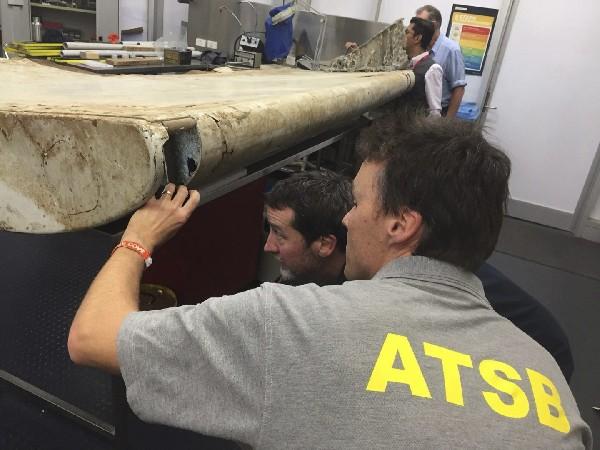 Investigadores analizan el ala del avión MH370 localizada en la costa de Tanzania.(EFE).