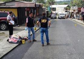 Fiscales del MP efectúan peritaje en el lugar donde ocurrió el ataque contra José Antonio Alvarado Chang y Adolfo Ezequiel Mendoza Winil, en Colomba, Quetzaltenango. (Foto Prensa Libre: Alexánder Coyoy)