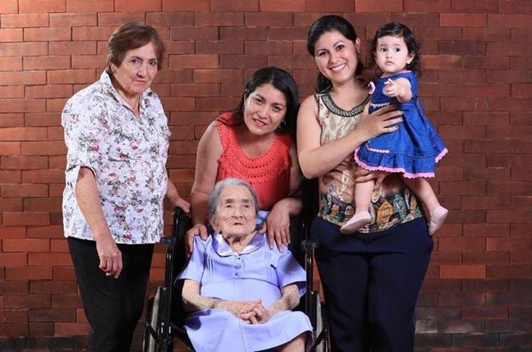 Las cinco generaciones de la familia Marroquín se mostraron contentas por compartir este 10 de mayo. (Foto Prensa Libre: Carlos Hernández)