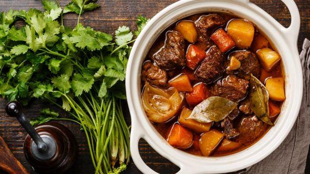Los platos con carnes y salsas, como los estofados y sancochos, generalmente saben mejor al día siguiente.  (Foto Prensa Libre: Getty Images)