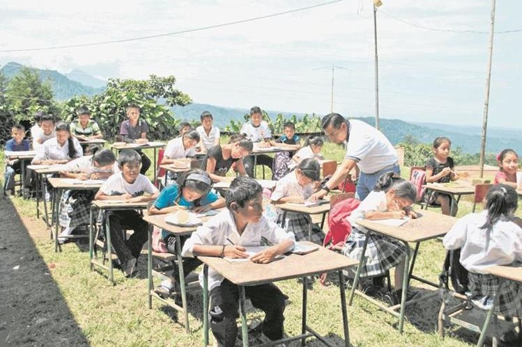 Estudiantes de escuelas oficiales reciben clases en instalaciones inapropiadas (Foto Prensa Libre: Hemeroteca PL).