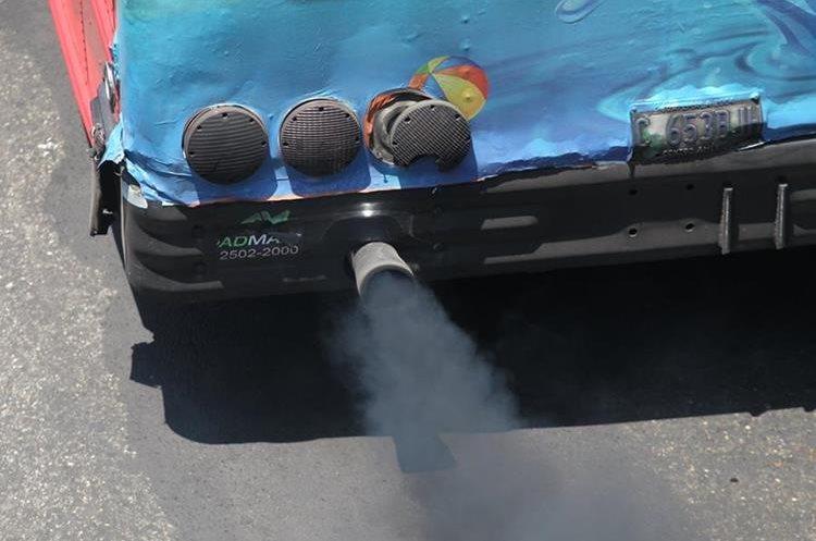 La antigüedad de los buses es una de las principales causas de la contaminación por humo, en la capital.  (Foto Prensa Libre: Érick Ávila)