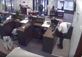 Asaltante es abatido por guardia de seguridad que custodiaba un banco en Miami, EE.UU. (Foto Prensa Libre: Youtube Trinchera de la Noticia TV)