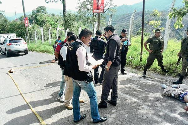 El cuerpo de un hombre fue localizado hoy por la mañana en la colonia Arimay, Chinautla. Ministerio Público se encuentra en el lugar. (Foto Prensa Libre: Estuardo Paredes)